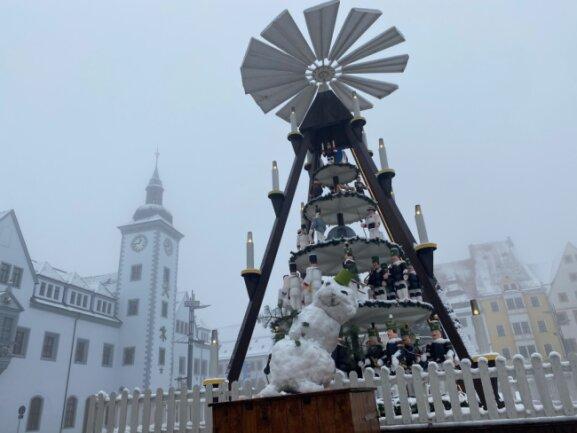 Auf dem Freiberger Obermarkt reichte der Schnee für einen Schneemann.