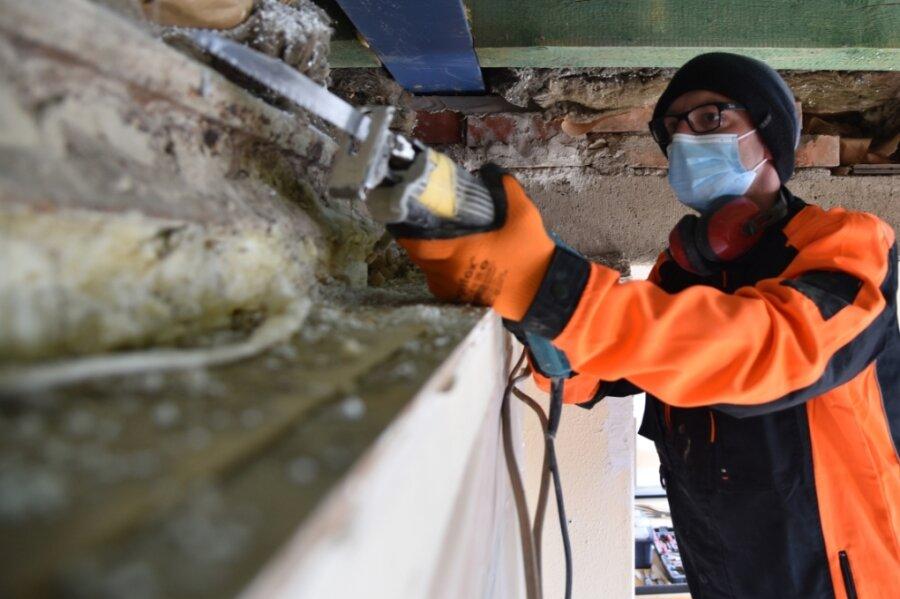 Daniel Ufer, Betreiber der Gaststätte Juchhöh, greift selbst zum Handwerkszeug, um die Gaststube zu sanieren. Derzeit entfernt er ein Stück des Mauerwerks an der Decke. Im vorderen Bereich des Raumes soll ein neues Deckengewölbe entstehen.
