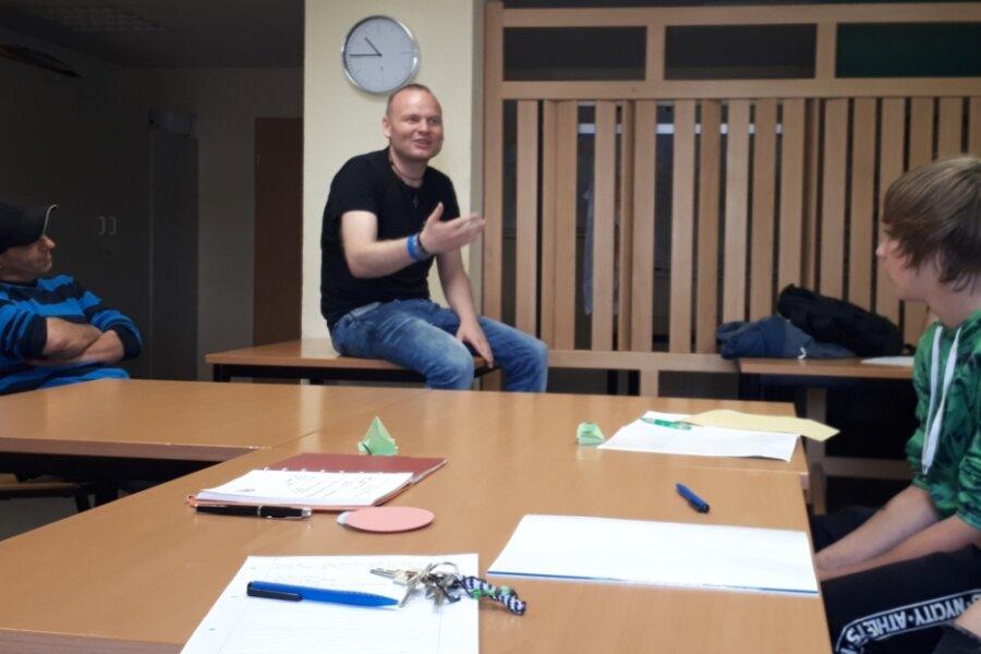 Ronny Ritze führte im ABM-Projekt Mittweida eine Schreibwerkstatt mit den Schülern durch, um mit ihnen unter anderem über die Zukunft zu sprechen.