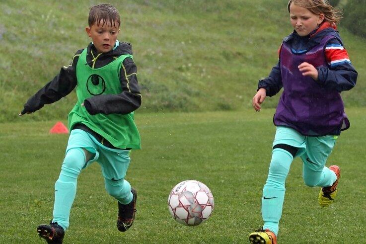 Im Trainingscamp der Saxonia jagen Jungs und Mädels dem Ball nach. Toni Haprich lieferte sich mit Nadeschda Claus ein Laufduell.