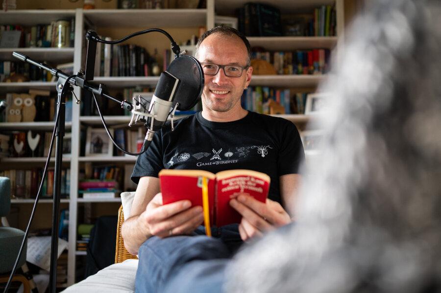 """Toby Baier, """"Einschlafen""""-Podcaster, sitzt in seinem Arbeitszimmer und ist dabei einen Neuen Beitrag einzusprechen. Der 45-Jährige ist Meister darin, andere zu ermüden. Er macht nebenberuflich seit neun Jahren einen kostenlosen Podcast, den """"Einschlafen-Podcast"""" (Monologe zur Entspannung)."""