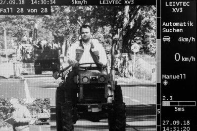 Acht Messungen eines Landratsamtmitarbeiters mit der mobilen Lasertechnik ergaben: Der Traktor bringt es auf höchstens 5 km/h.