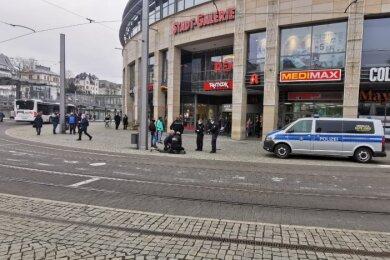 Ordnungskräfte haben am Dienstagnachmittag auf dem Postplatz in Plauen einen renitenten Mann bis zum Eintreffen der Polizei am Boden fixiert.