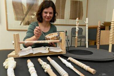 Anna Berkoben hat sich eine Dreheinrichtung für ihre elementaren Formstudien gebaut. Statt Kunstharz verwendet sie zuhause Speisestärke.