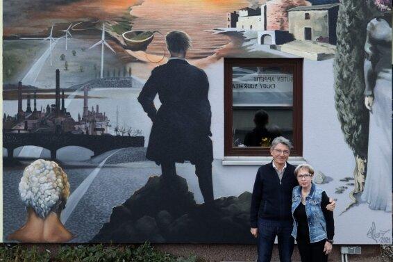 Erhard und Brigitte Leidich sind stolz auf ihr Kunstwerk an der Hauswand.