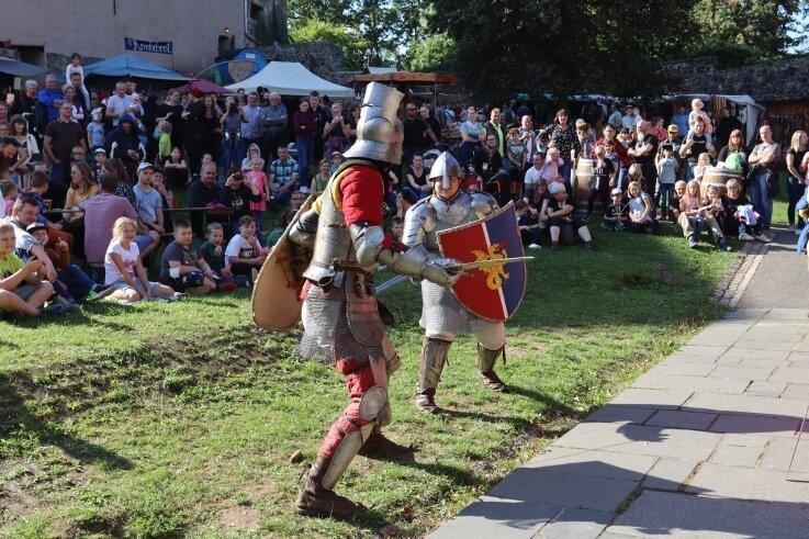 Die Ritterkämpfe gehörten zu den Anziehungspunkten beim mittelalterlichen Marktspektakel auf der Burg Schönfels.