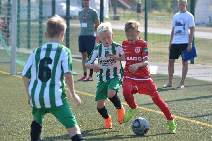 Starke Gäste: 2019 trafen die jungen Kicker des TuS Großschirma um Ben Stephan (M.) unter anderem auf Energie Cottbus.