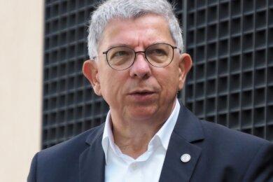 Ende Mai ist Professor Dr. Klaus-Dieter Barbknecht als Rektor der Bergakademie für weitere fünf Jahre gewählt worden. 1958 wurde er in Hessen geboren, studierte Jura, war unter anderem als Fachanwalt für Arbeitsrecht und seit 1992 in Leitungsfunktionen bei der VNG - Verbundnetz Gas Aktiengesellschaft tätig.