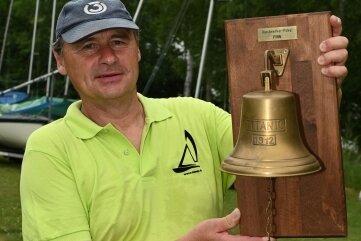 Finn-Sieger Thomas Lieberth von der SSG Mylau hält den Wanderpokal in den Händen.