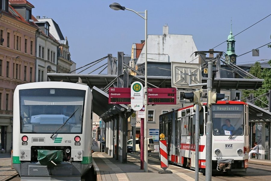 Dank neuer Technik wird es für Bahn (links) und Straßenbahn (rechts) noch leichter, den Stadtkern anzusteuern.
