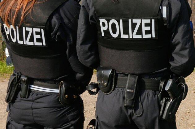 Flüchtender wirft Fahrrad auf Polizisten