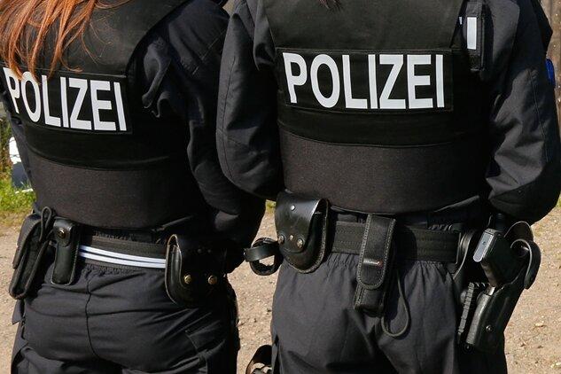 Betrunkener Mann belästigt Passanten und attackiert Polizei