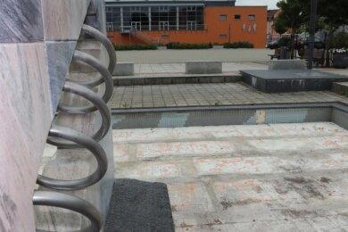 Die vorübergehende Umwandlung des Springbrunnens in ein Blumenbeet trifft auf ungeahnte Hindernisse.