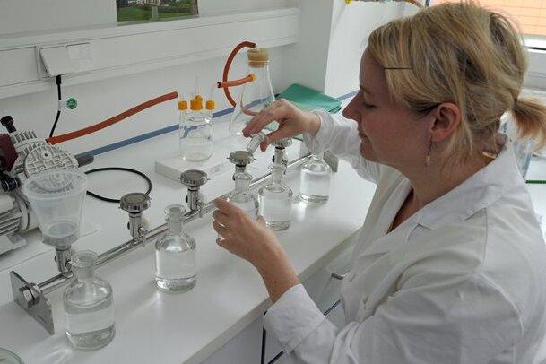 Die Ärztin Nicole Rodewald arbeitet in einem Labor der Landesuntersuchungsanstalt für das Gesundheits- und Veterinärwesen in Dresden an einem Verfahren zum Nachweis von Legionellen.