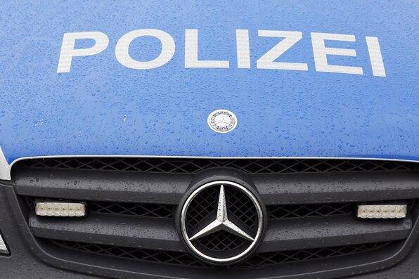 Mit Auto gegen Baum geprallt: Mann stirbt an Unfallstelle