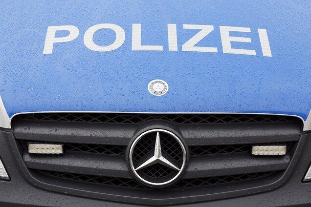 Auto steckt in Garage: Raser schwer verletzt