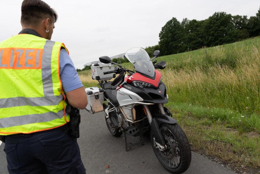 Ein 62-Jähriger stürzte aus bislang unbekannter Ursache mit seiner Ducati.