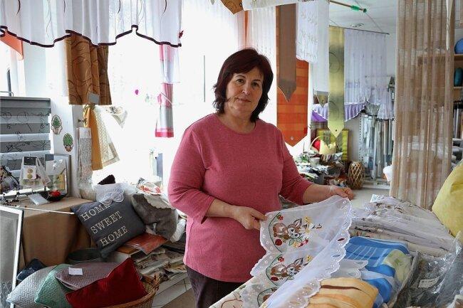 Hier hat Petra Kleindienst 32 Jahre lang gearbeitet. Jetzt muss sie das Gardinen-Geschäft in Wüstenbrand gesundheitsbedingt aufgeben.