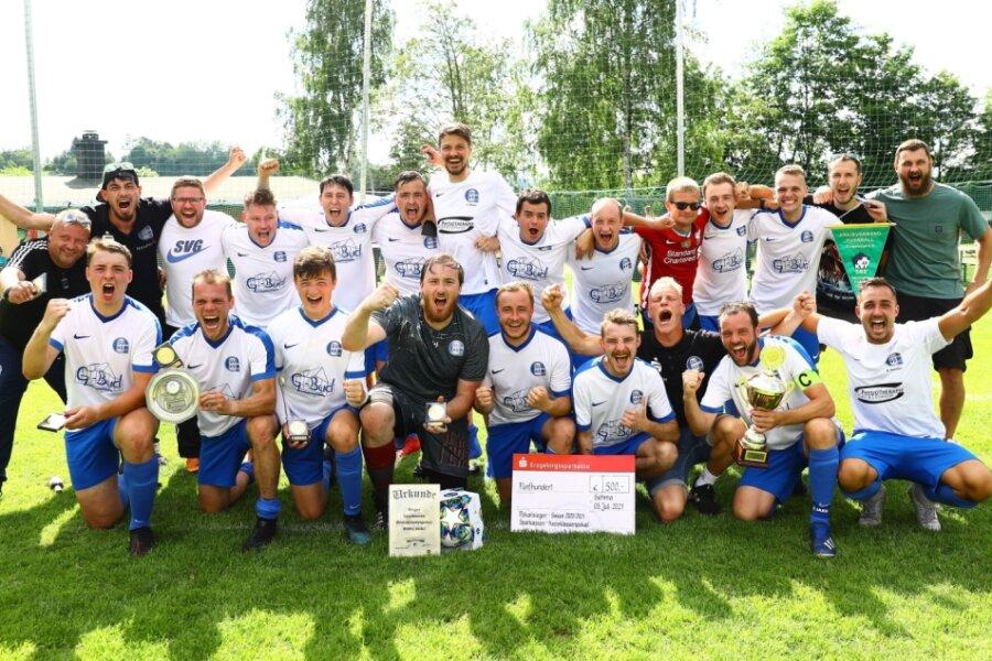 Die Mannschaft des SV Großrückerswalde II feiert den Sieg im Fußball-Kreisklassenpokal. Dadurch, dass in der laufenden Serie kein Erzgebirgspokal ausgespielt wird, dürfen die Gewinner nun außerdem auf ein lukratives Los im Sachsenpokalwettbewerb hoffen.