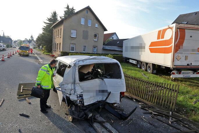 Kontrolle verloren - Laster demoliert zwei Transporter