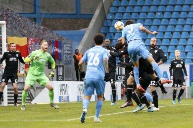 Niklas Hoheneder hat den Kopf am Ball.