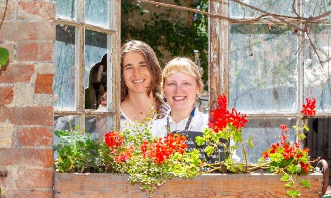 Luisa Zahn (links) und Melanie Müller verstärken seit einiger Zeit der Team der Plauener Weberhaus-Hexen.