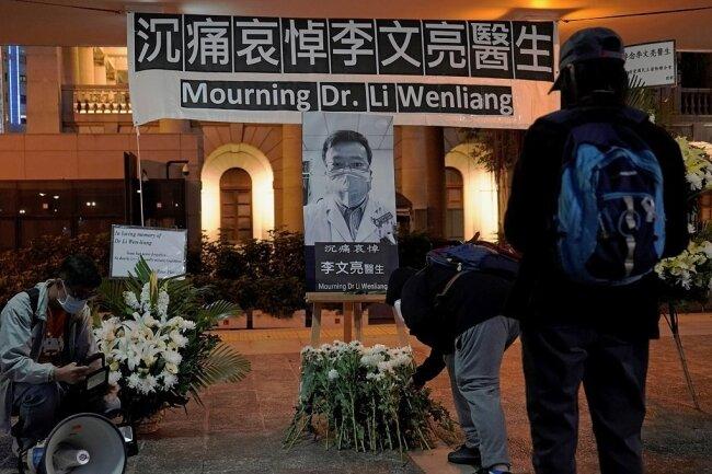 Nach dem Tod des chinesischen Arztes Li Wenliang, der frühzeitig vor dem Ausbruch des neuartigen Coronavirusgewarnt hatte, erfuhren hunderttausende chinesische Internetnutzer zunächst Ohnmacht gegenüber dem Zensurapparat, überlisteten schließlich das System mit kreativen Codewörtern und Emojis, die für die Algorithmen nicht sofort als Protest zu entschlüsseln waren.