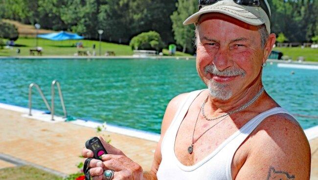 In Fraureuth erfasst Kassierer Peter Kratzert die kommenden und gehenden Besucher mit einem manuellen Zählgerät.