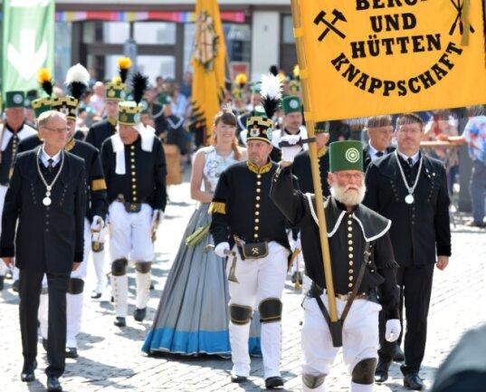 Ein Bergaufzug leitete am Sonntagvormittag den Berggottesdienst auf dem Obermarkt ein. Den Aufmarsch von rund 300 Mitgliedern von neun Knappschaften aus Sachsen verfolgten laut Stadtverwaltung etwa 2000 Besucher des Bergstadtsommers.