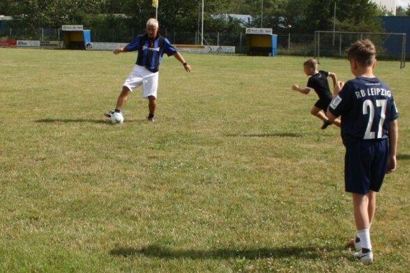 16 Spieler gehören aktuell zur Neukirchener E-Jugend. Trainiert werden sie von Rico Brzoska (Foto), Frank Zorn und Frank Kirsten.