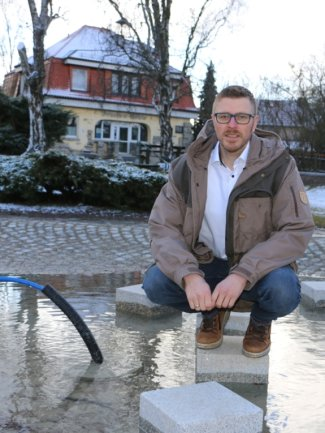 Rosenbachs Bürgermeister Michael Frisch ist für 13 Ortsteile verantwortlich. Der umgestaltete Höhlenpark in Syrau, zu dem auch der neue Brunnen an der Drachenhöhle gehört (Foto), zählt derzeit zu den größeren Projekten, die die Gemeinde stemmt.