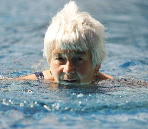 """<p class=""""artikelinhalt"""">Renate Hübschmann geht regelmäßig zum Schwimmen ins Freibad. Am Montag dieser Woche stieg sie zum 50. Mal in dieser Saison in die wohl temperierten Fluten in Raschau und zog routiniert ihre Bahnen.</p>"""
