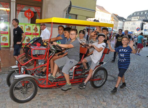 Die Jungen von der Bike Box drehten mit ihrem Sechssitzer Runden.