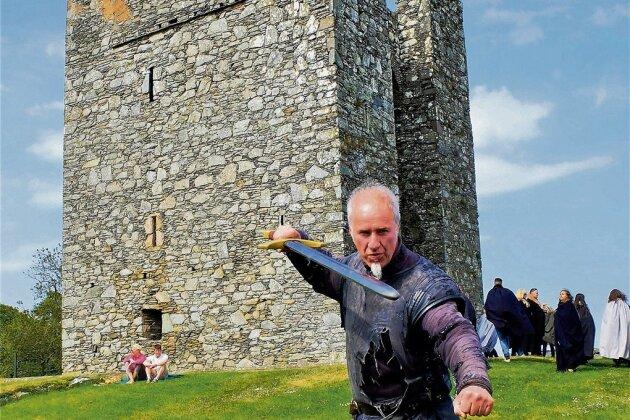 """Angriffslustig: Von Andrew Porter, dem """"Hüter des Nordens"""", lernt man Grundlagen des Bogenschießens und Schwertkampfes."""