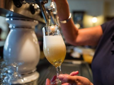 Das frisch Gezapfte am Tresen könnte bald teurer werden. Nicht nur die Radeberger Gruppe hebt den Preis für Fassbier an, auch die Privatbrauerei Krombacher plant diesen Schritt.