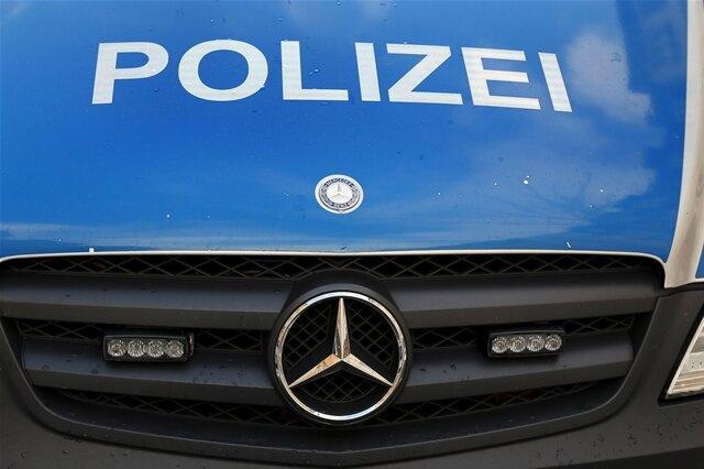 Autofahrer flüchtet vor Polizei und überschlägt sich