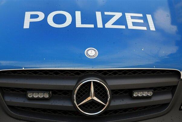 Polizei stellt gestohlenen Mercedes sicher - Fahrer beschädigt Einsatzwagen