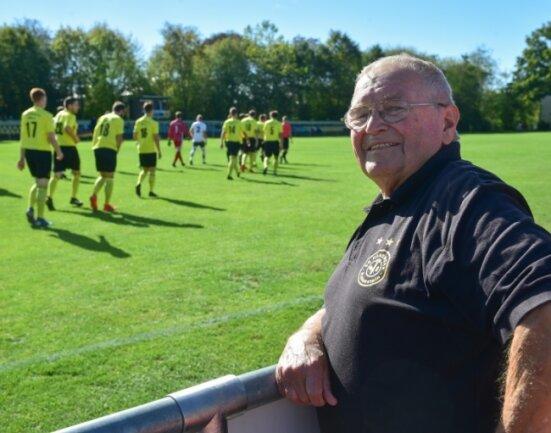 Hier ist er zuhause: Wolfgang Dierig auf dem Sportplatz in Rabenstein, wo er vor über 50 Jahren eine neue Mannschaft auf die Beine stellte.