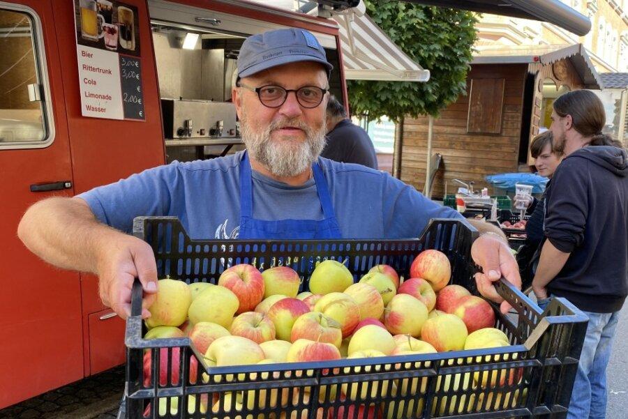 Holger Freitag aus Lugau hat verschiedene Apfelsorten, die er beim Erntedankfest in Zwönitz präsentiert.