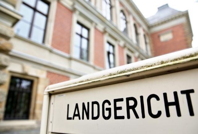 Ein 44-jähriger Mann, der sich zurzeit wegen schweren sexuellen Missbrauchs von Jugendlichen vor dem Zwickauer Landgericht verantworten muss, hat am Dienstag für Schrecksekunden gesorgt.