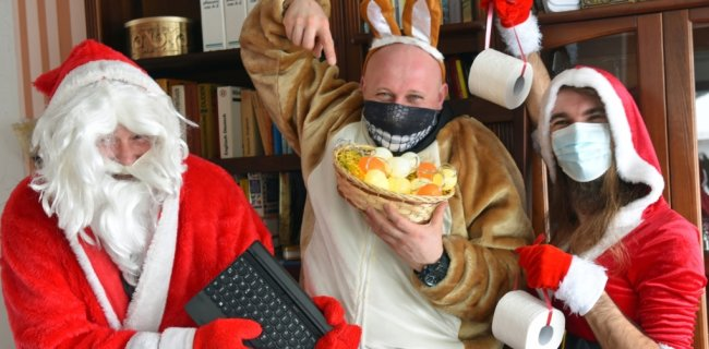 Das gab es in Breitenau noch nie: Weihnachtsmann und Osterhase begegnen sich im Lockdown. Gerade mal die Weihnachtsfrau darf wegen der Coronaauflagen noch mit dabei sein. Uwe Krasselt (l.), Dirk Reichardt und Frank Ullmann haben ein Programm für die Webkanäle des Vereins vorbereitet.