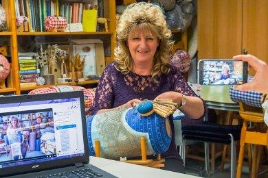 """Manuela Fischer, die Leiterin der Klöppelschule """"Barbara Uthmann"""" im Annaberg-Buchholzer """"Erzhammer"""", hat coronabedingt Online-Klöppelfragestunden ins Leben gerufen. Das kommt gut an - bei Nutzern in Deutschland und anderen Ländern. Ende März soll das nächste Video speziell für Kinder online gehen."""