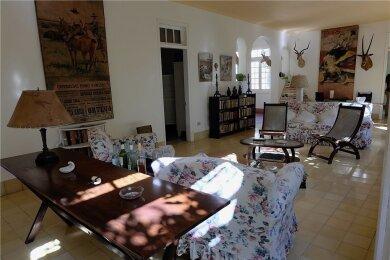 Halbleere Flaschen, Trophäen von Reisen - der Salon in der Finca La Vigia ist noch so, wie ihn Ernest Hemingway vor fast 60 Jahren verlassen hat.