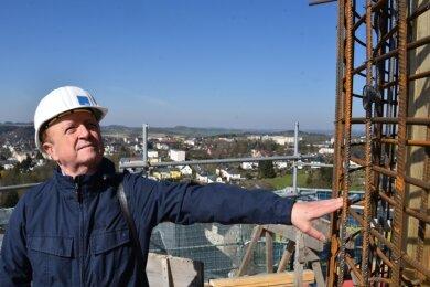 Planer Harald Schneider schaut sich das Bewehrungsgitter an der Rundschalung des Ringankers auf dem Bergfried an.