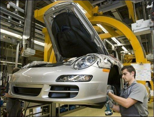 Die Pläne der EU-Kommission zur Senkung des Kohlendioxidausstoßes könnten deutsche Autobauer härter treffen als bisher angenommen - und zwar im Schnitt um 4000 Euro, wie eine Studie des Automobilexperten Ferdinand Dudenhöffer ergab.