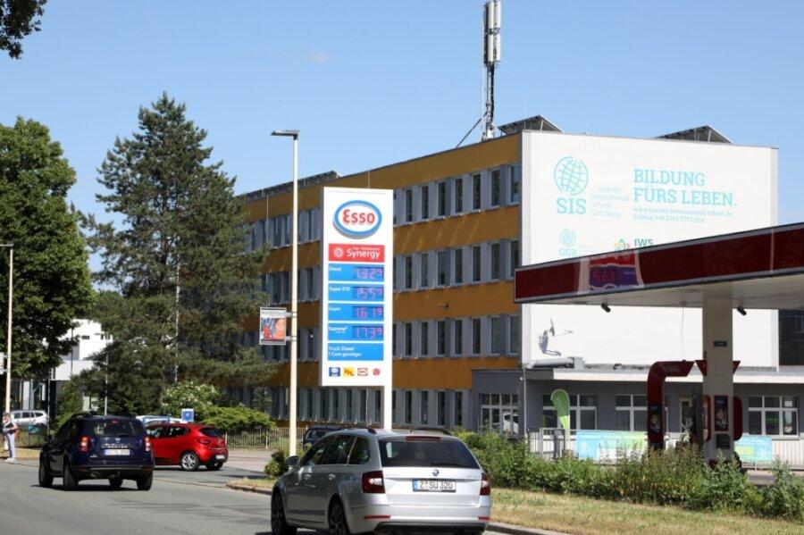 Die Anzahl der 5G-Mobilfunkantennen im Landkreis Zwickau wächst. Einer der Standorte des Netzbetreibers Vodafone befindet sich auf diesem Gebäude an der Auestraße in Glauchau.