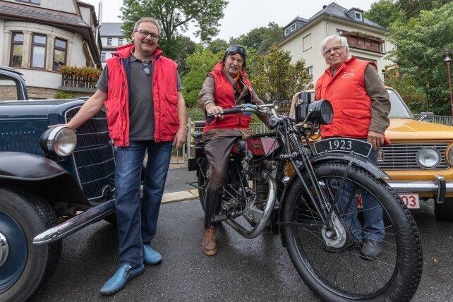 Volkmar Engel, Lutz Reinhard und Eberhard Kronstein (v. l.) präsentieren ihre Oldtimer - einen Opel P4, eine Imperia und einen Shiguli.