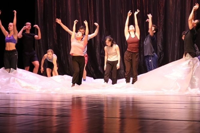 """Das Ensemble zeigte zur Matinee mehrere Ausschnitte aus dem Ballett """"Die (vier) fünf Jahreszeiten"""", darunter auch das Frühlingserwachen."""
