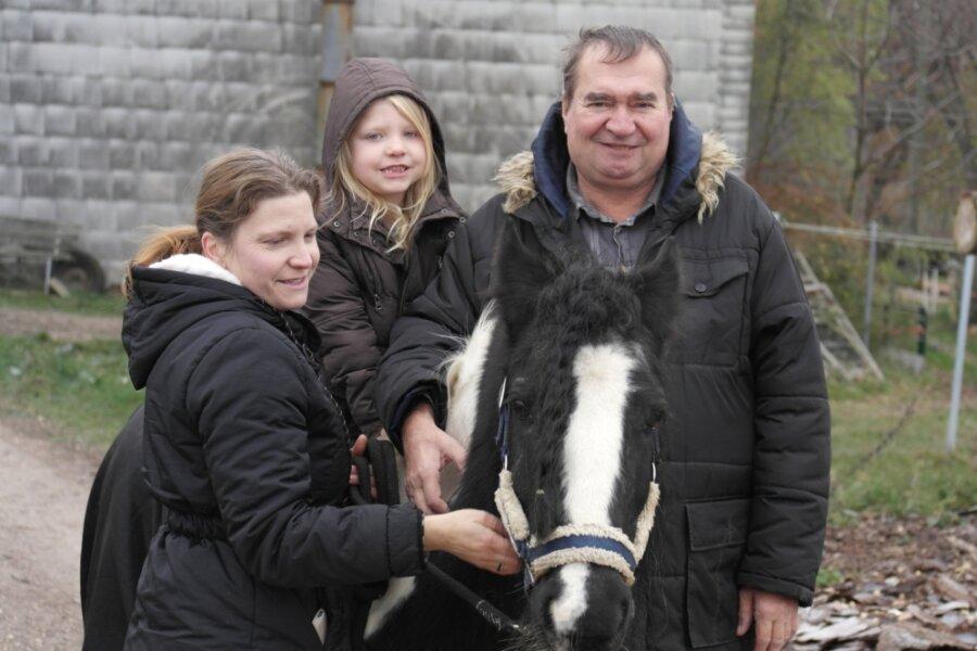 Mit Ekkehard Goldammer (r.), seiner Tochter Manuela Neumann (l.) sowie Enkelin Soraya leben drei Generationen auf dem Hof in Arras. Der Familienbetrieb will Menschen mit Handicap sinnvolle Arbeit anbieten.