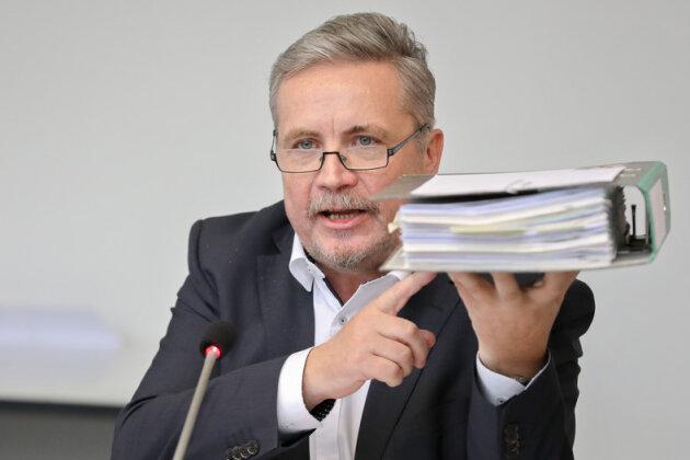 Rolf Schmidt, Oberbürgermeister von Annaberg-Buchholz, hält demonstrativ einen Ordner mit dem Fördermittelantrag für eine einzige Straße am im Rathaus in die Höhe. 21 Bürgermeister aus dem Erzgebirgskreis, die meisten davon keiner etablierten Partei zugehörig, veröffentlichten am 2017 ein Positionspapier und forderten vor allem ein Umdenken ins Sachsens Finanzpolitik.